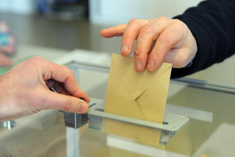 Un bulletin de vote prêt à passer dans l'urne (illustration).