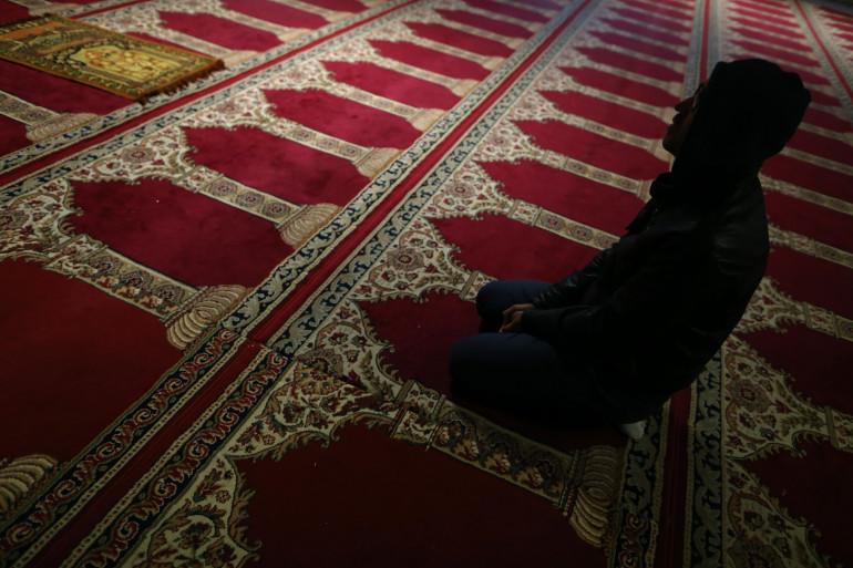 Un fidèle priant dans une mosquée (illustration).