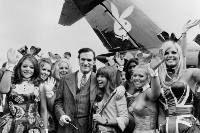 """Hugh Hefner, le fondateur de """"Playboy"""", bien entouré en 1970 au Bourget"""
