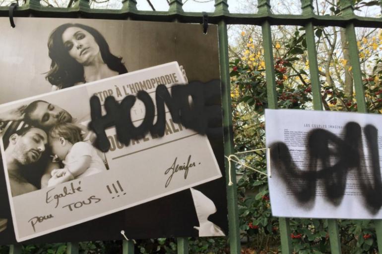 Six individus ont vandalisé les photographies