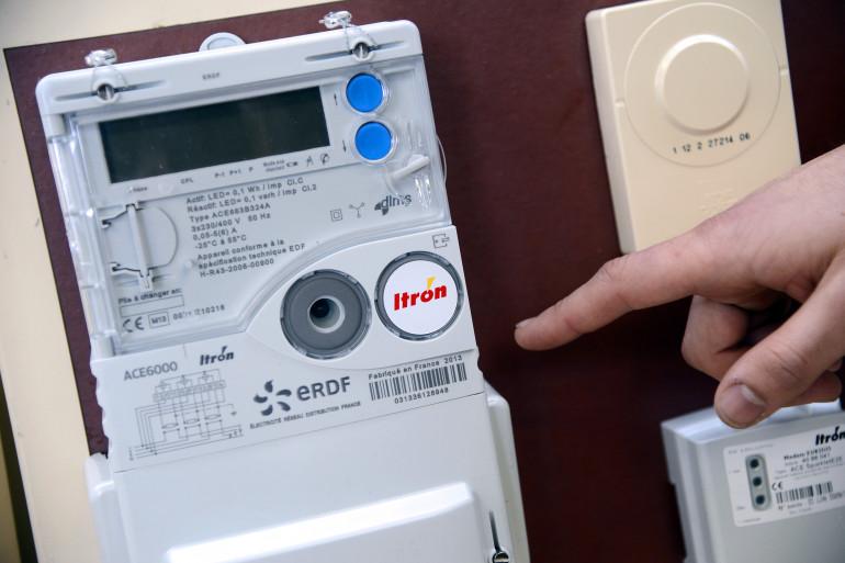 Un agent ERDF intervient sur un compteur électrique
