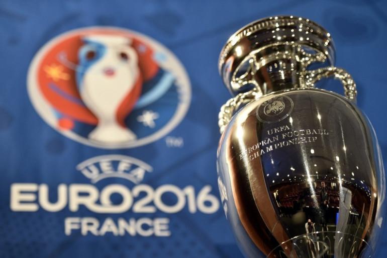 Le trophée Henri Delaunay de l'Euro 2016, exposé à Paris le 12 mai 2015
