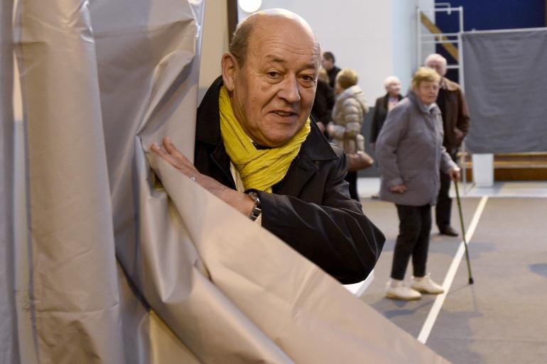 Le ministre de la Défense, Jean-Louis Le Drian, tête de liste du PS aux régionales a voté en Bretagne.