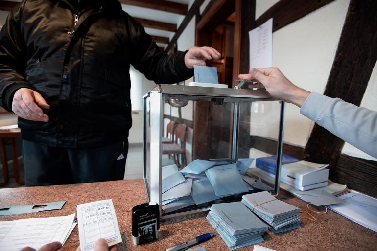 Un électeur dans un bureau de vote en Alsace, le 13 décembre 2015