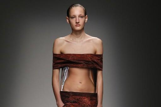 Top model lors d'un défilé du créateur Iris Van Herpen en mars 2015 à Paris (archive)