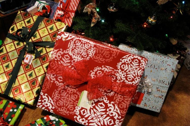 Les cadeaux au pied du sapin à Noël (Illustration)