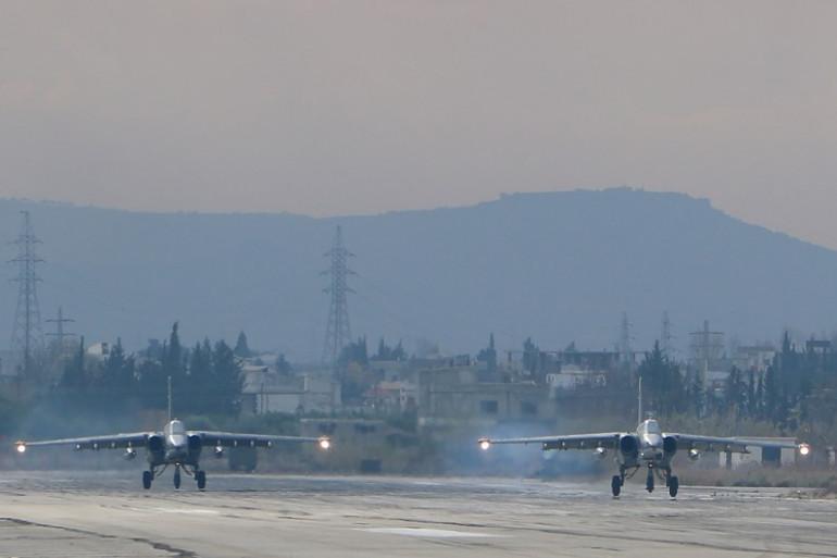 Des bombardiers russes sur la base de Lattaquié, en Syrie, le 16 décembre 2015.