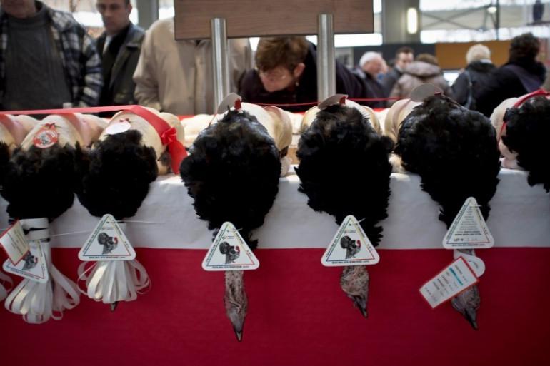 Des volailles de Bresse sur un marché de Noël, en décembre 2011