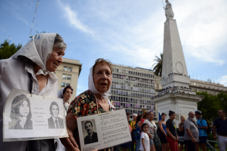 """Des membres des """"Grands Mères de la Place de Mai"""" manifestent à Buenos Aires, le 3 décembre 2015 (illustration)"""