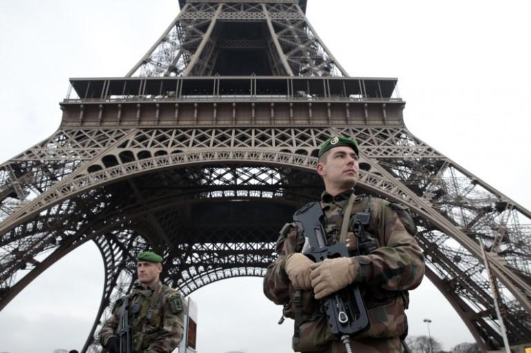 Des militaires patrouillent sous la Tour Eiffel (illustration).