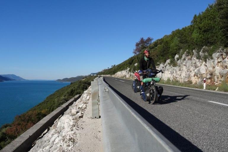 Olivier Peyre sur une route en Bosnie-Herzégovine