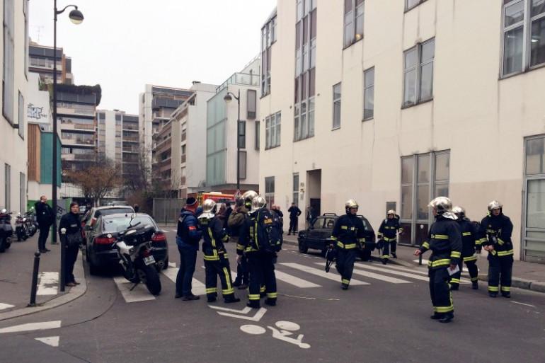 Les forces de polices et pompiers devant le siège parisien de Charlie Hebdo