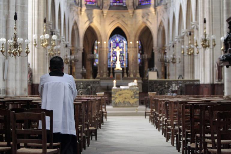 Un prêtre dans une église (image d'illustration)
