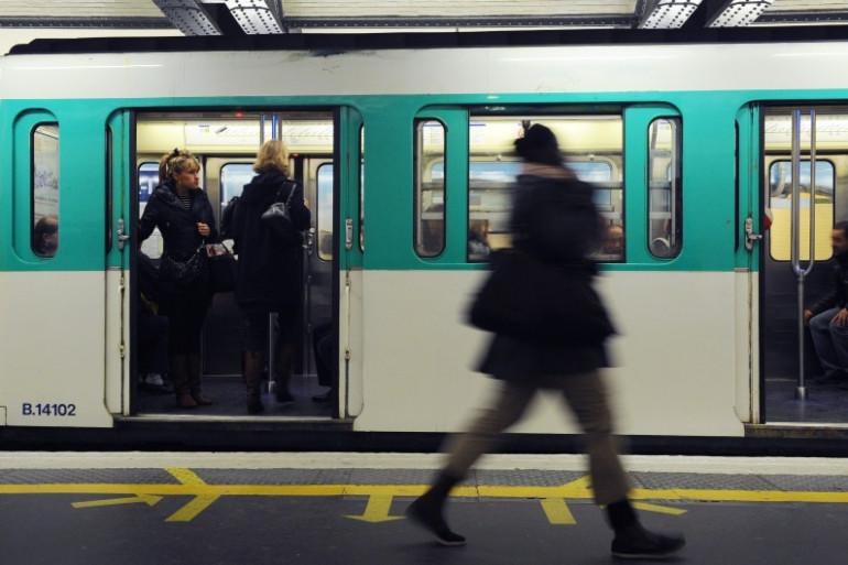 Une femme sur un quai de métro à Paris (illustration).