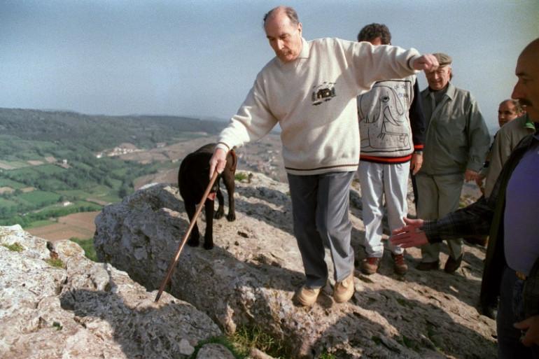 François Mitterrand effectuant l'ascension de la roche de Solutré, en mai 1991