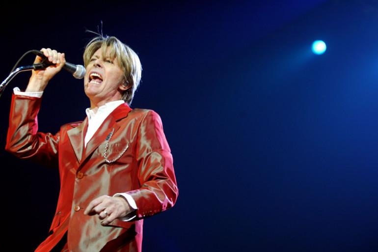David Bowie, lors d'un concert à Paris en septembre 2002