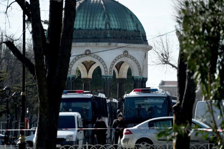 La police bloque les accès à la Mosquée Bleue après une explosion qui a fait au moins 15 morts