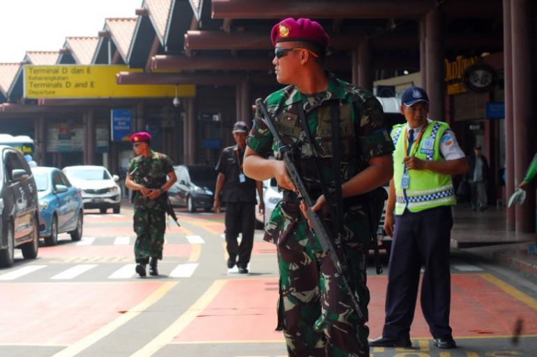 Des soldats indonésiens armés devant l'aéroport de Soekarno-Hatta à proximité de Jakarta, le 14 janvier 2016.