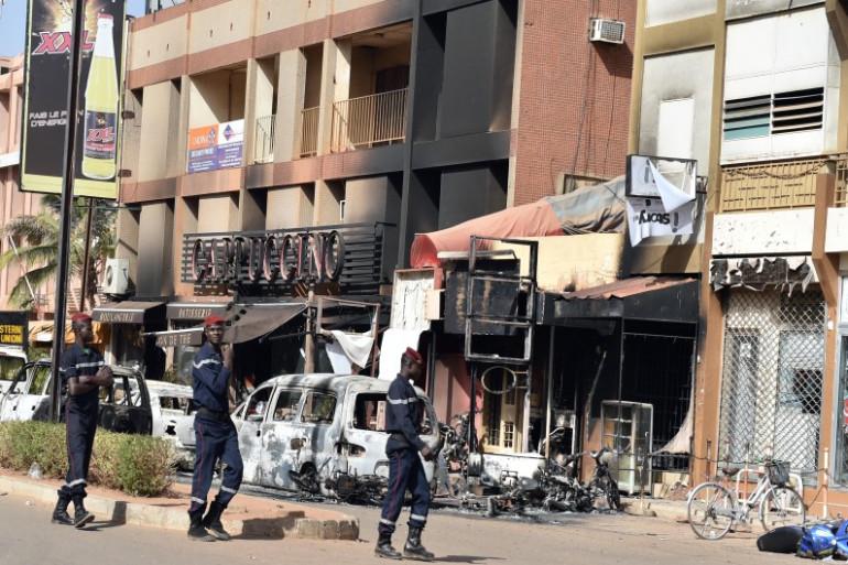 Au moins 29 personnes dont trois Français ont été tuées après une attaque terroriste menée par Aqmi à Ouagadougo.