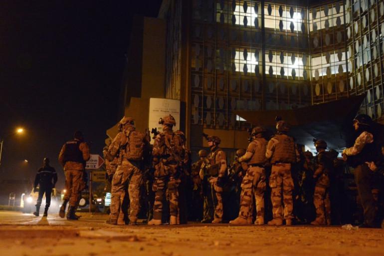 """Des forces françaises devant l'hôtel """"Splendid"""" à Ouagadougou le 16 janvier"""