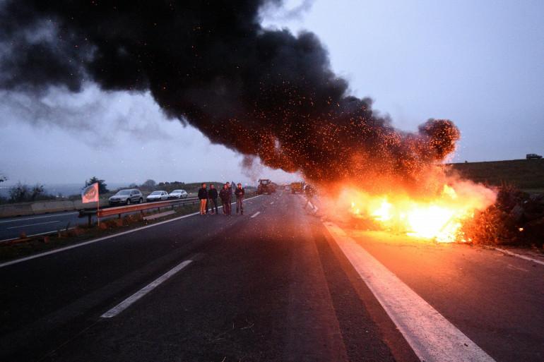 La route RN12 bloquée par des éleveurs bretons, mercredi 20 janvier 2016