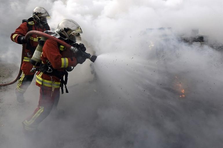 Des pompiers en action face à un incendie (illustration)