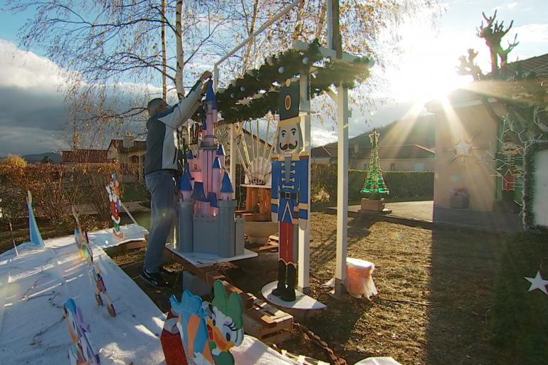 La maison d'Evelyne et Laurent et ses décorations de Noël, aux Martres-de-Veyreaux