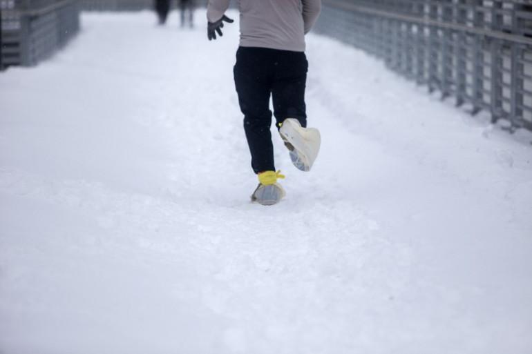 Un joggeur dans les rues de Philadelphie, en Pennsylvanie
