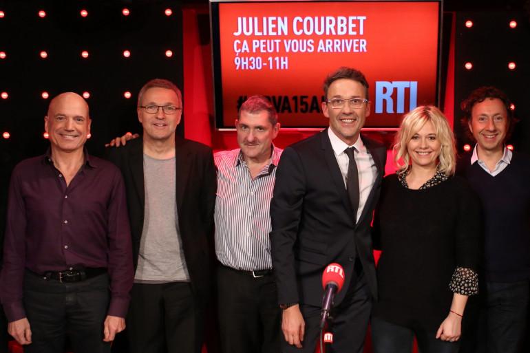 """Julien Courbet entouré de Louis Bodin, Laurent Ruquier, Yves Calvi, Flavie Flament et Stéphane Bern pour les 15 ans de """"Ça peut vous arriver"""""""