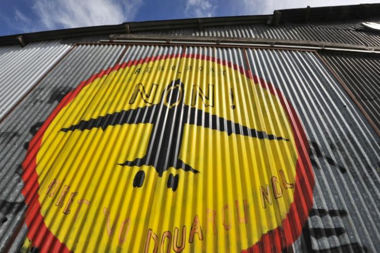 Un logo des opposants à l'aéroport de Notre-Dame-des-Landes sur un des bâtiments, le 7 septembre 2012 (archives).