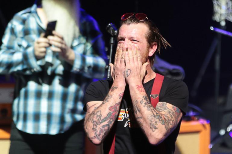 Jesse Hughes, le chanteur du groupe Eagles of Death Metal, embrasse la foule de l'Olympia