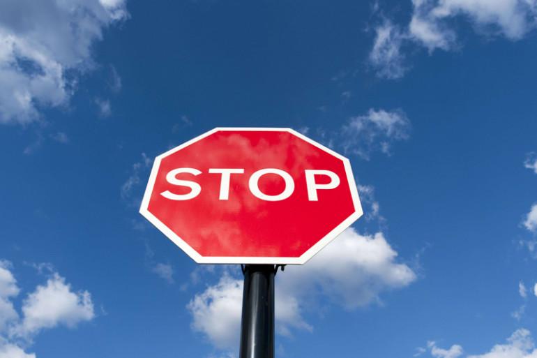 """Un panneau """"Stop"""" (illustration)"""