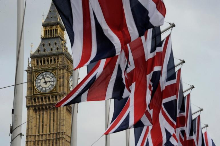 Des drapeaux flottent devant Big Ben en Grande-Bretagne le 28 avril 2011