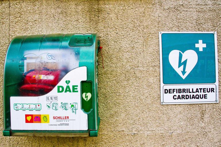 Un défibrillateur sur le mur d'une mairie, dans les Pays-de-la-Loire