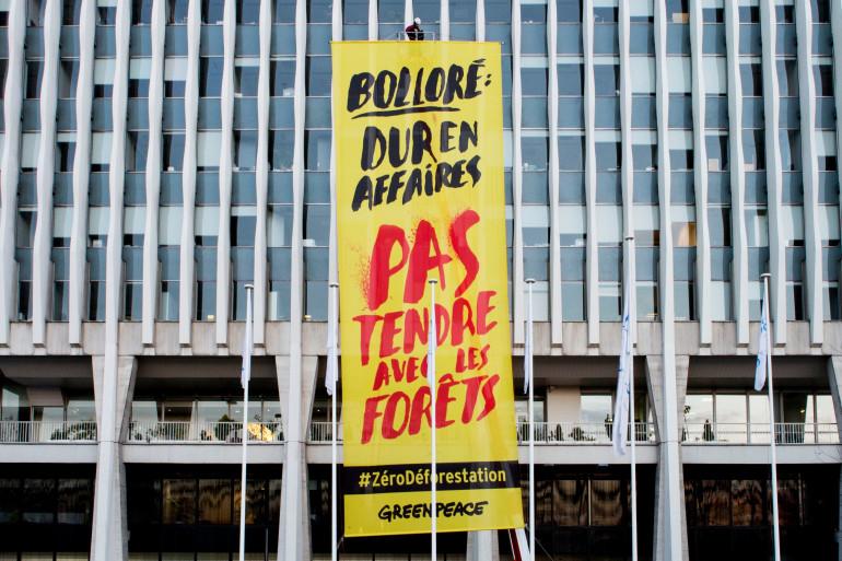 Action de Greenpeace devant le siège du Groupe Bolloré à Puteaux (Hauts-de-Seine)