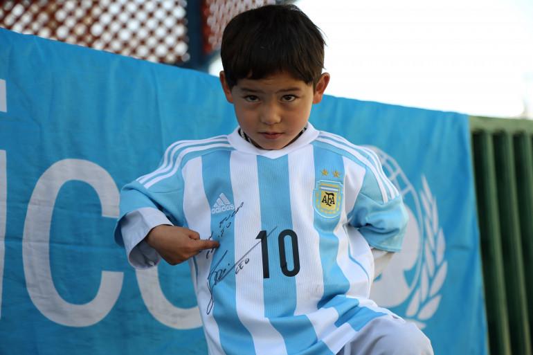 Le petit Murtaza, posant avec le maillot dedicacé de Lionel Messi le 25 février 2016