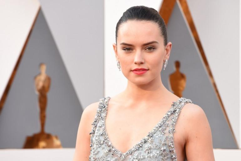 """Daisy Ridley, nouvelle héroïne de la saga """"Star Wars"""", foule le tapis rouge de la 88e cérémonie des Oscars, le 28 février 2016"""