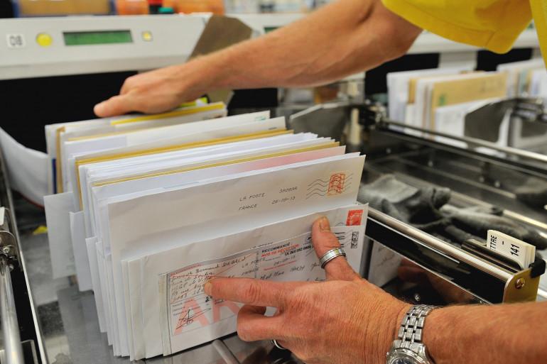Un postier triant le courrier (Illustration).