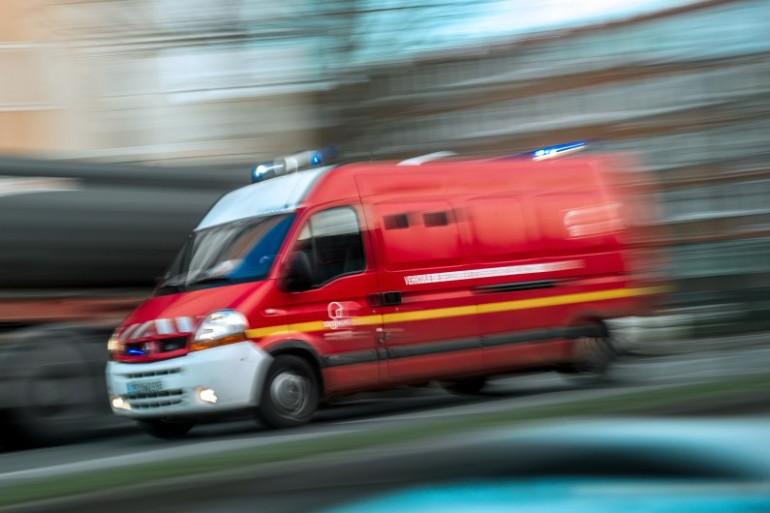 Un camion de pompier part en intervention