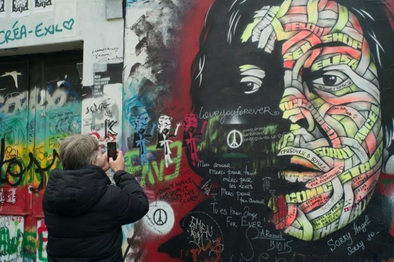 Au 5 bis, rue de Verneuil, les admirateurs de Serge Gainsbourg laissent une marque sur la façade, en hommage au chanteur