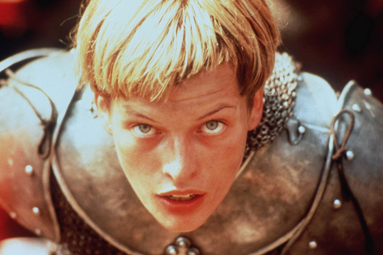 Milla Jovovich incarnant Jeanne d'Arc dans le film de 1999 de Luc Besson