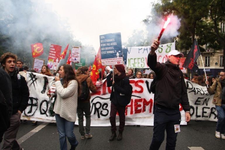 Des jeunes manifestent contre l'austérité, le 16 octobre à Paris