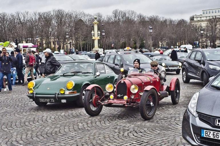 Des voitures anciennes en démonstration à Paris (illustration)