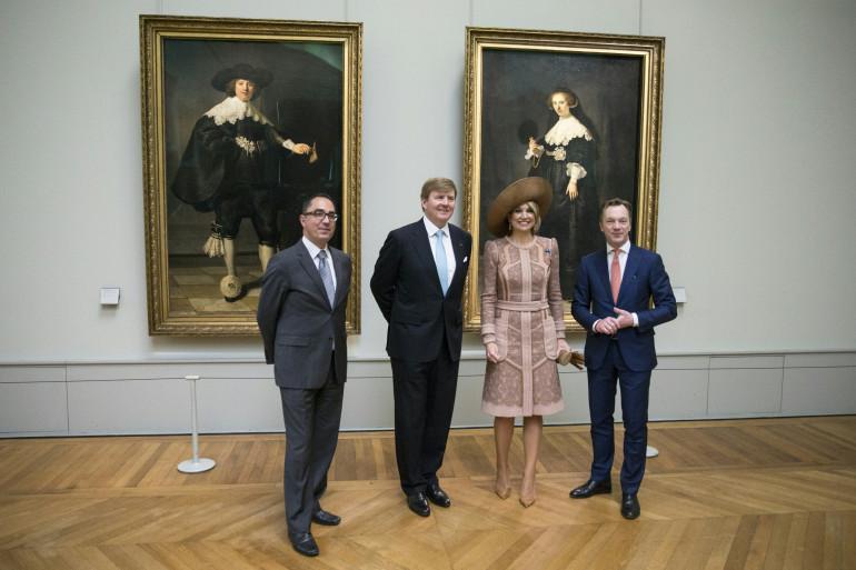 Les directeurs du Louvre et du Rijksmuseum et le couple royal néerlandais posent devant les deux Rembrandt