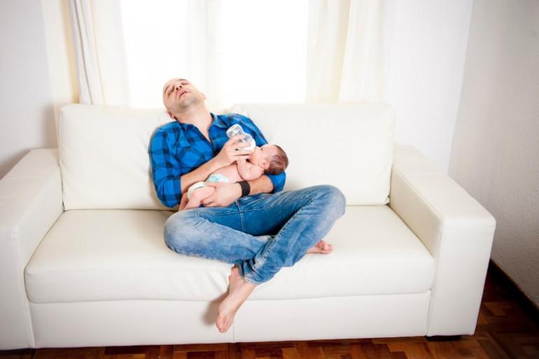Comment les hommes vivent-ils leur première paternité ?