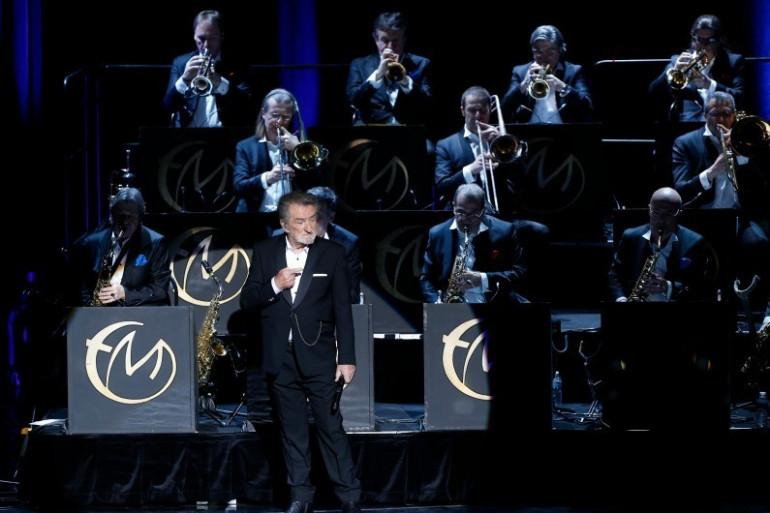 Eddy Mitchell avec son big band sur la scène du Palais des sports de Paris