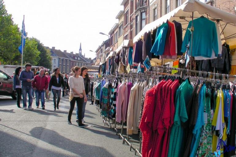 Image d'illustration d'un stand de vêtements à la braderie d'Enghein à l'automne 2013