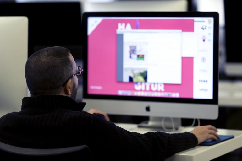 Un homme surfant sur son ordinateur (illustration)