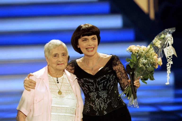 Mireille Mathieu et sa mère, Marcelle, lors d'un concert en juillet 2006.