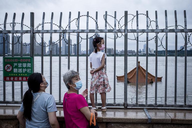 Le 12 juillet 2020, des habitants de Wuhan, berceau de l'épidémie de Covid-19, observent la crue du fleuve Yangtze